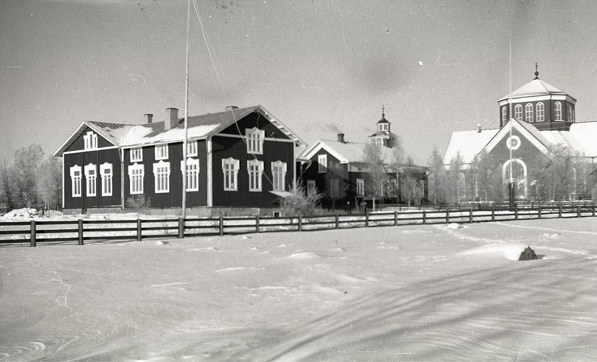 Södra folkskolan med därtill hörande lärarbostäder och så den ståtliga kyrkan.