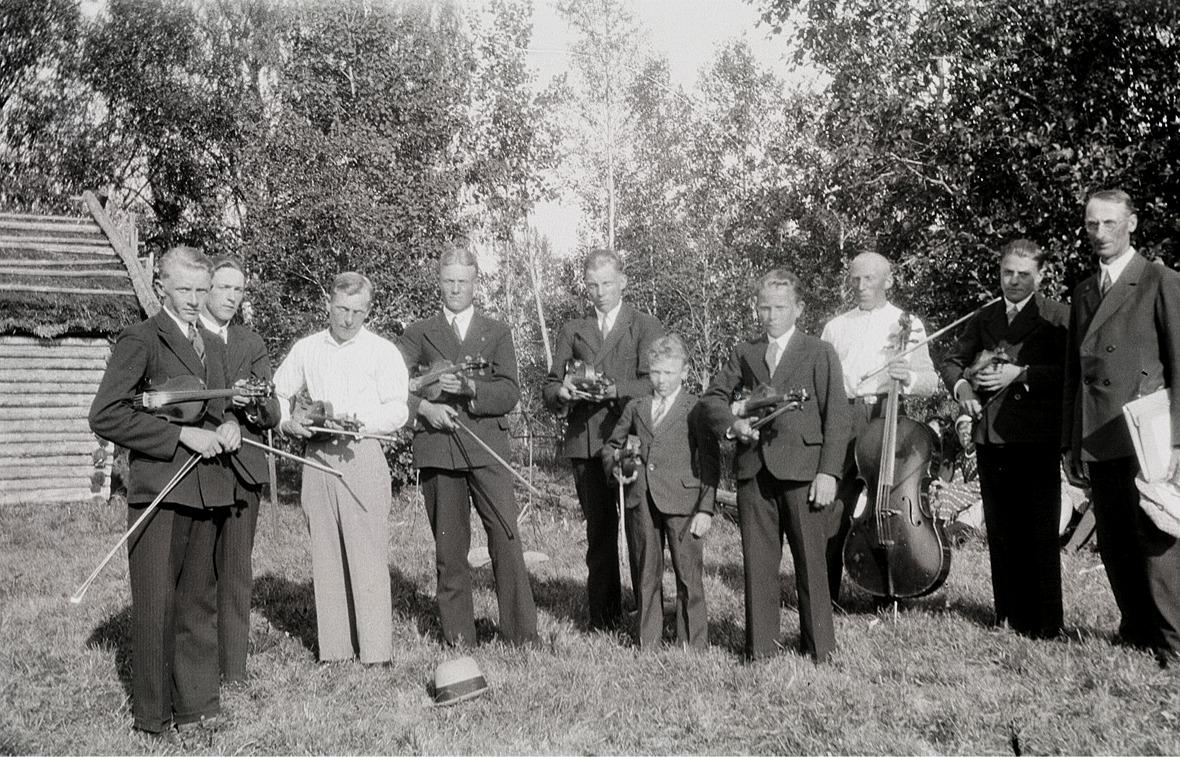 Pärus stråkorkester med sin ledare, läraren Henrik Rosenback som står längst till höger. De övriga är från vänster Otto Fröberg, Ingvar Lillsjö, Torsten Nyholm, Arvid Holmberg, Lennart Lund, Elis Björses, Bertel Pärus, Selim Nyholm och Birger Lillhannus.