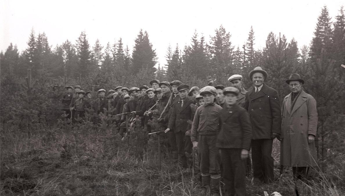 Skogskurs på gång, andra från höger är Karl Knus.