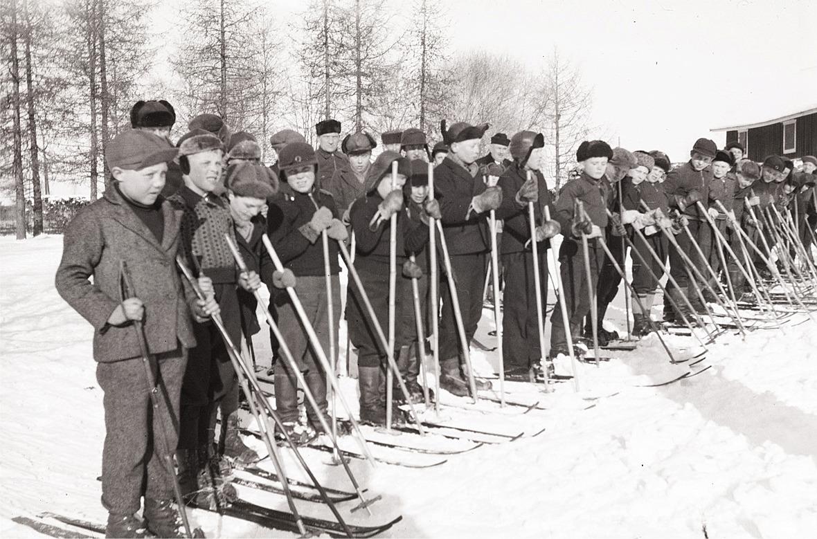 Norra sidans bästa skidåkare uppställda, längst till vänster Erik Ånäs.