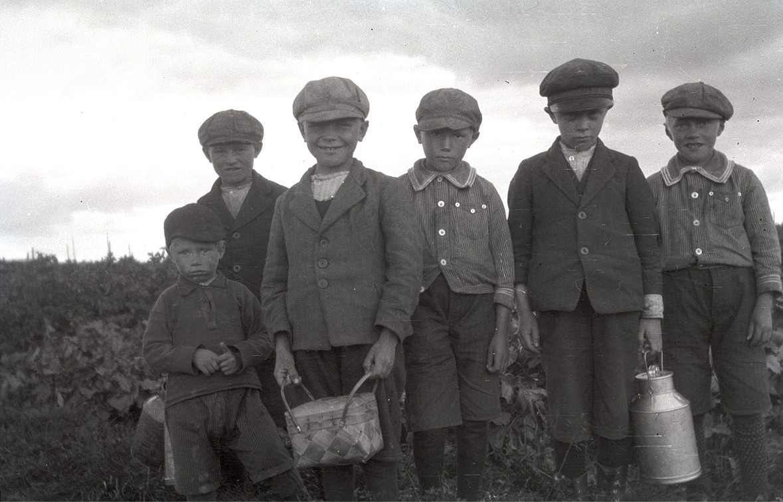 Här skall det plockas bär, från vänster Karl Gustav Mangs, Åke Gullmes, Eskil Gullmes, Nils Björklund, Sven Malm och Arne Björklund.