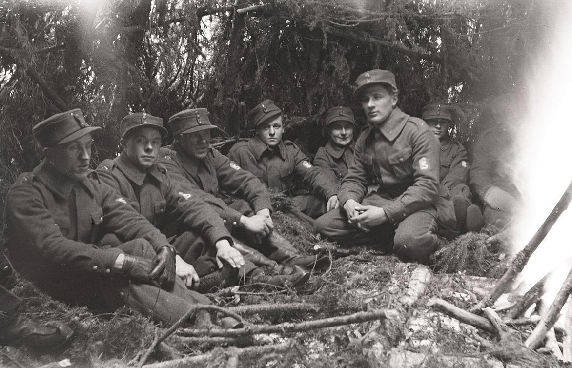 Skyddskårister på paus i skogen, från vänster Valdemar Hammarberg, Frans Lindfors, Artur Mannfolk, Ragnar Nissander, Ragnar Skogman och Hemming Ådjers.