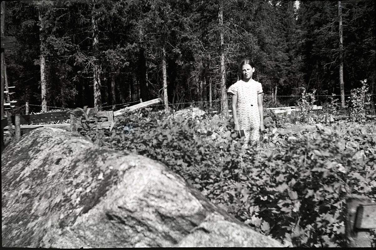Verna Forsberg (1923-1999, senare gift Engman) i sitt klubbland som hon tillsammans med sin far brutit upp bland stenarna i skogen.