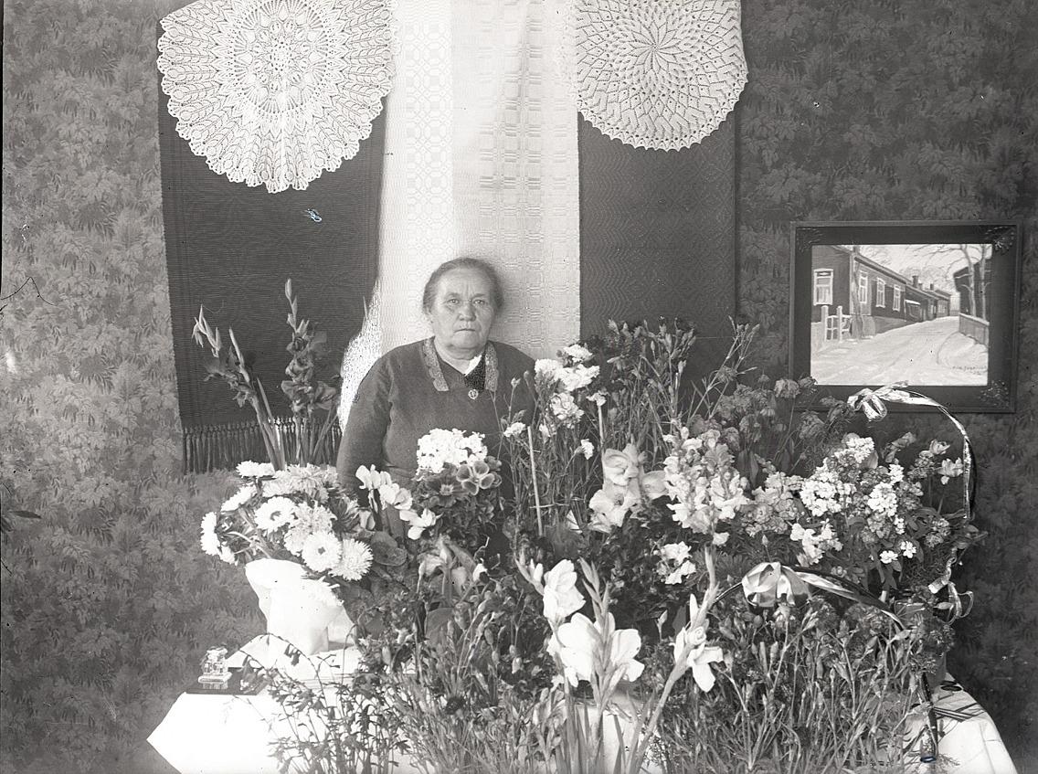 Vid skolavslutningen 1937 gick mångåriga lärarinnan Emmi Bast i pension. I hela 41 år hade hon fostrat barn, till och med i flera generationer.