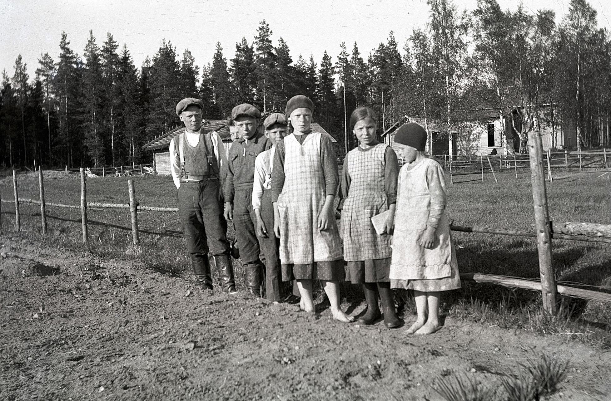 Barnen uppe i Norrviken visar upp sina land.