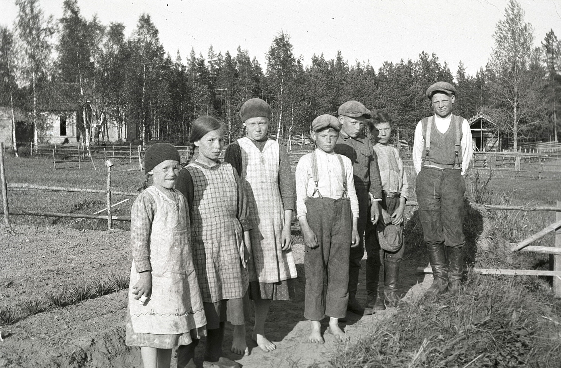 Barnen uppe i Norrviken står på rad, från vänster Dagny Lillsjö, Ragni Lillsjö, Ines Norrvik, Egil Norrvik, Elgot Norrvik, Olof Lillsjö och Edvin Norrvik. Lillsjös hemgård syns till vänster.