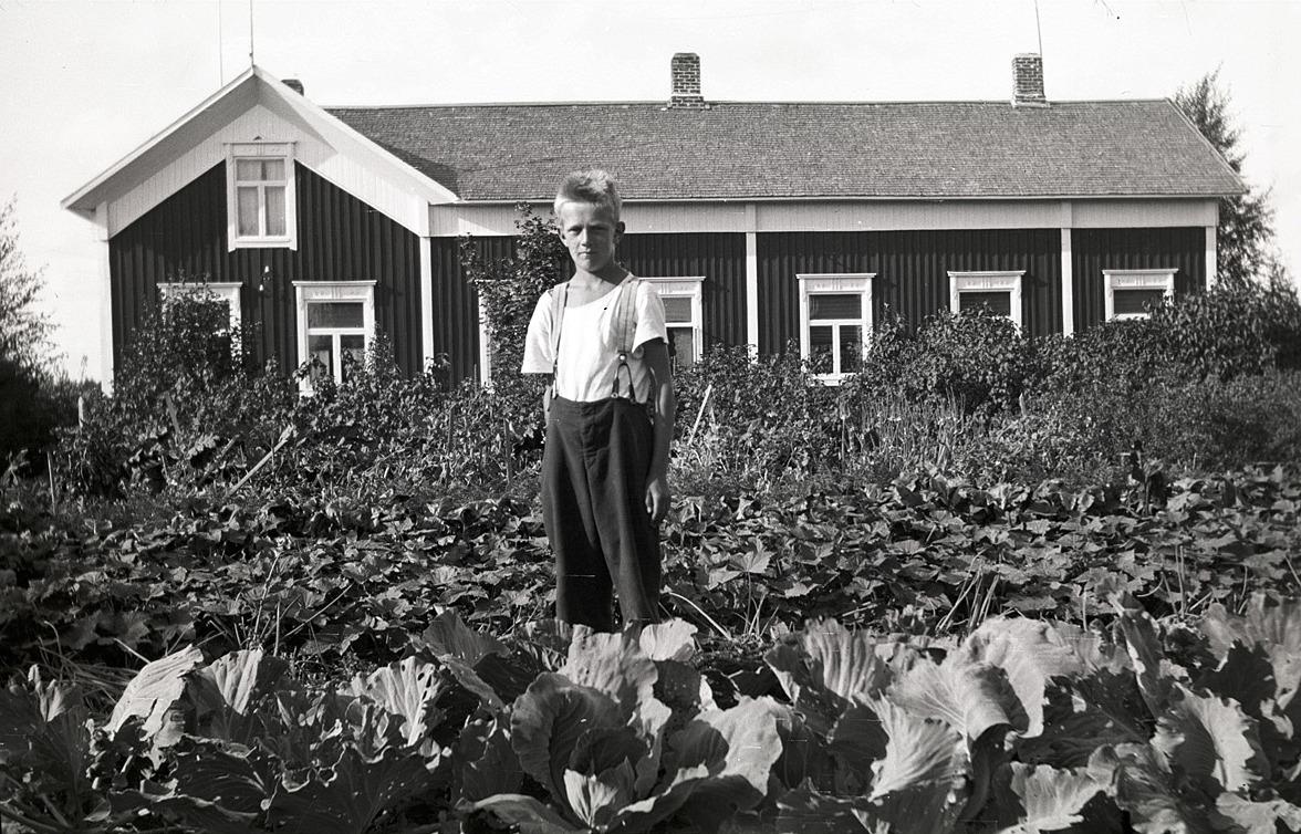 Karl Erik Evars i sitt klubbland framför hemgården.