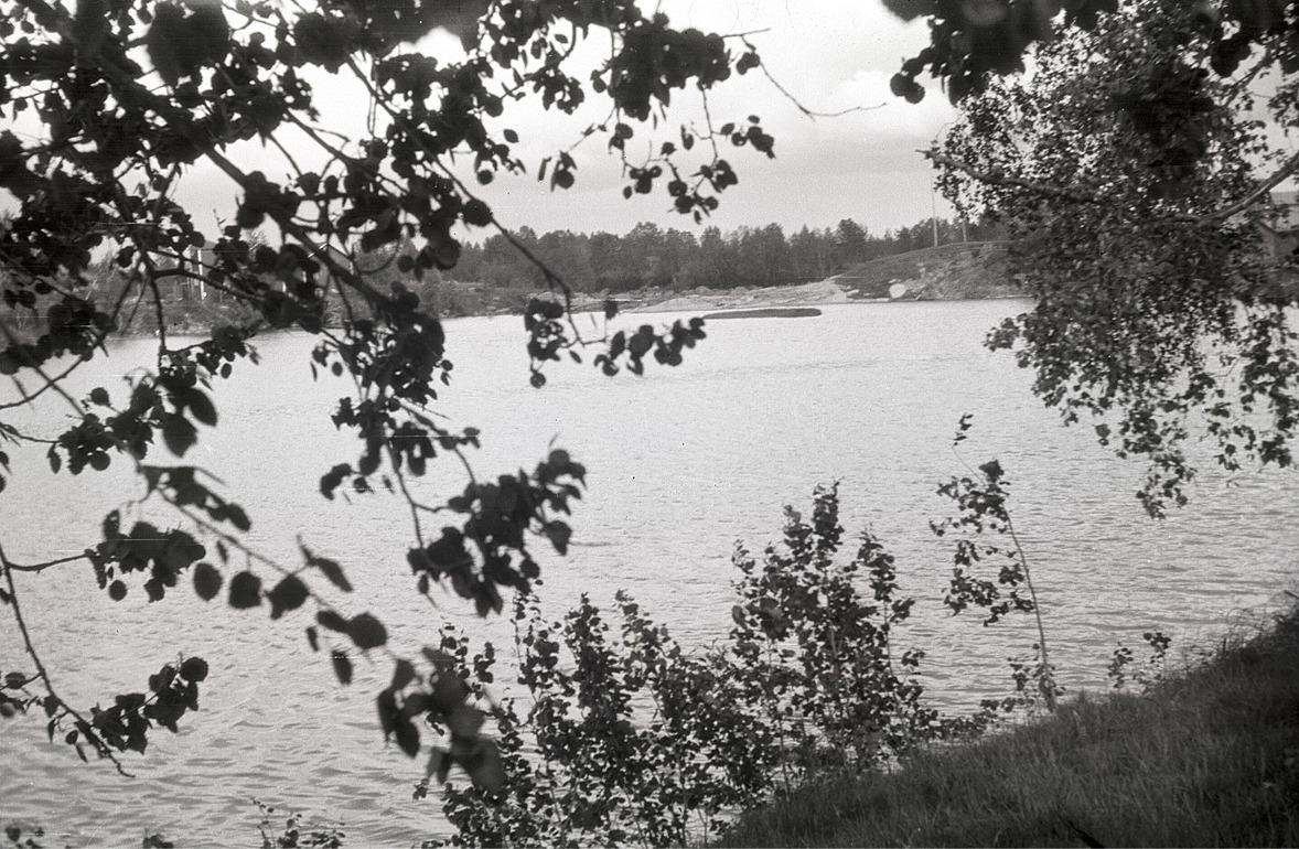 Kraftverket Pärusfors Ab skymtar bakom löven till vänster.