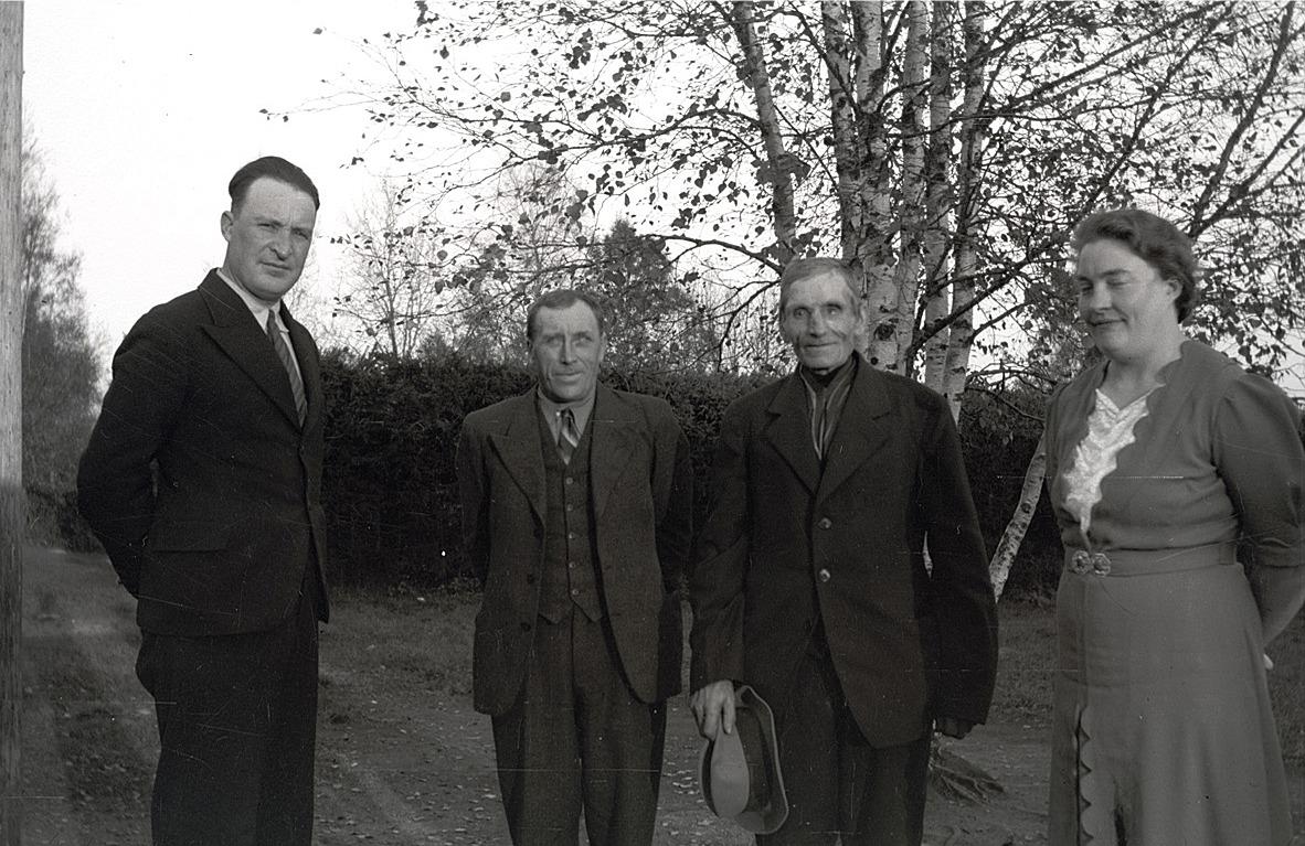 Lärarparet Einar och Linnea Lind i Dagsmark får besök av Erland Krook och Henrik Agnäs i mitten.