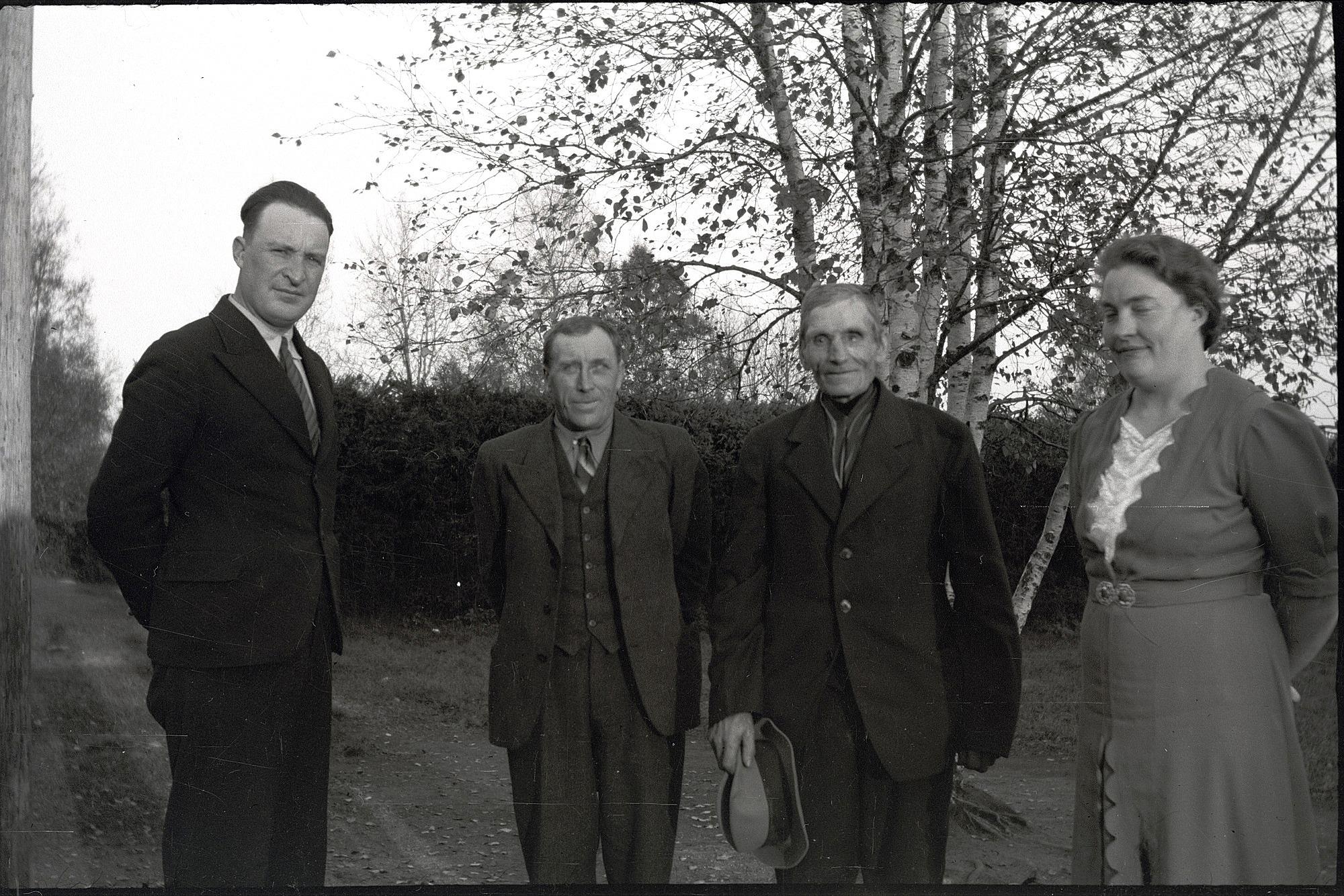 På detta foto som är taget på skolgården har lärarparet Einar och Linnea Lind besök av Erland Krook t.v. och Henrik Agnäs t.h.