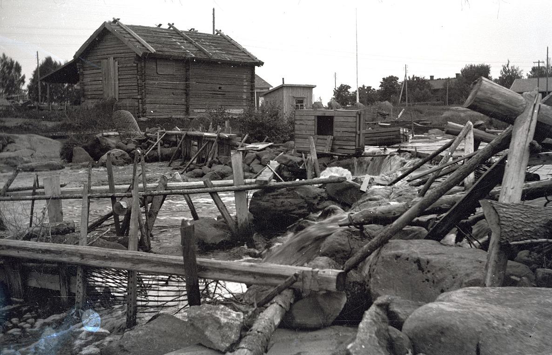 Här skall det fångas både kräftor och lax i ån. I bakgrunden syns marthagårdens tak.