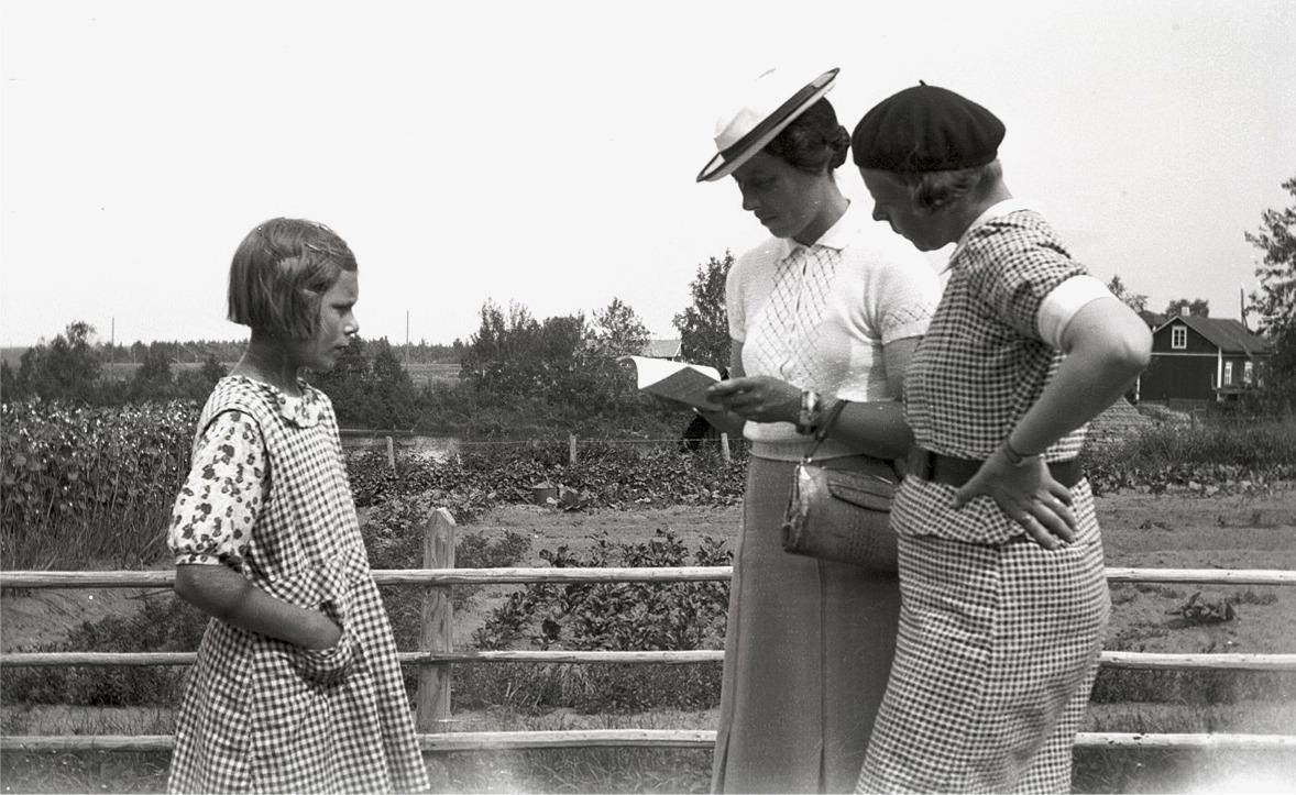 Till vänster Eva Storsjö (f. 1926 som sedan gifte sig med Olof Holm) som ser ut att bli granskad i sitt klubbland.