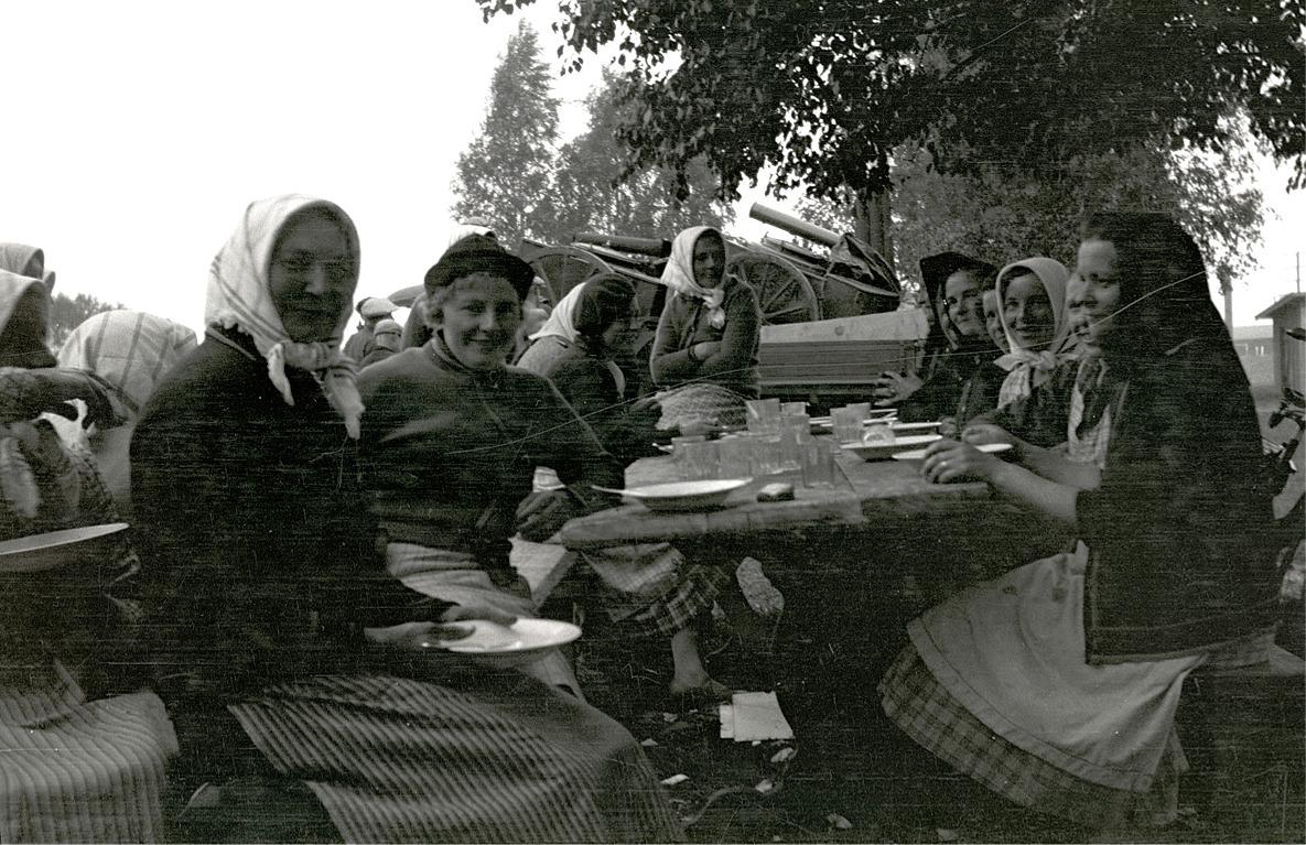 Maten smakar för Hilda Rosenstedt och Edit Agnäs till vänster. Från höger sitter bland annat Irene Ingves, Ellen Krokbäck och Gerda Skogman