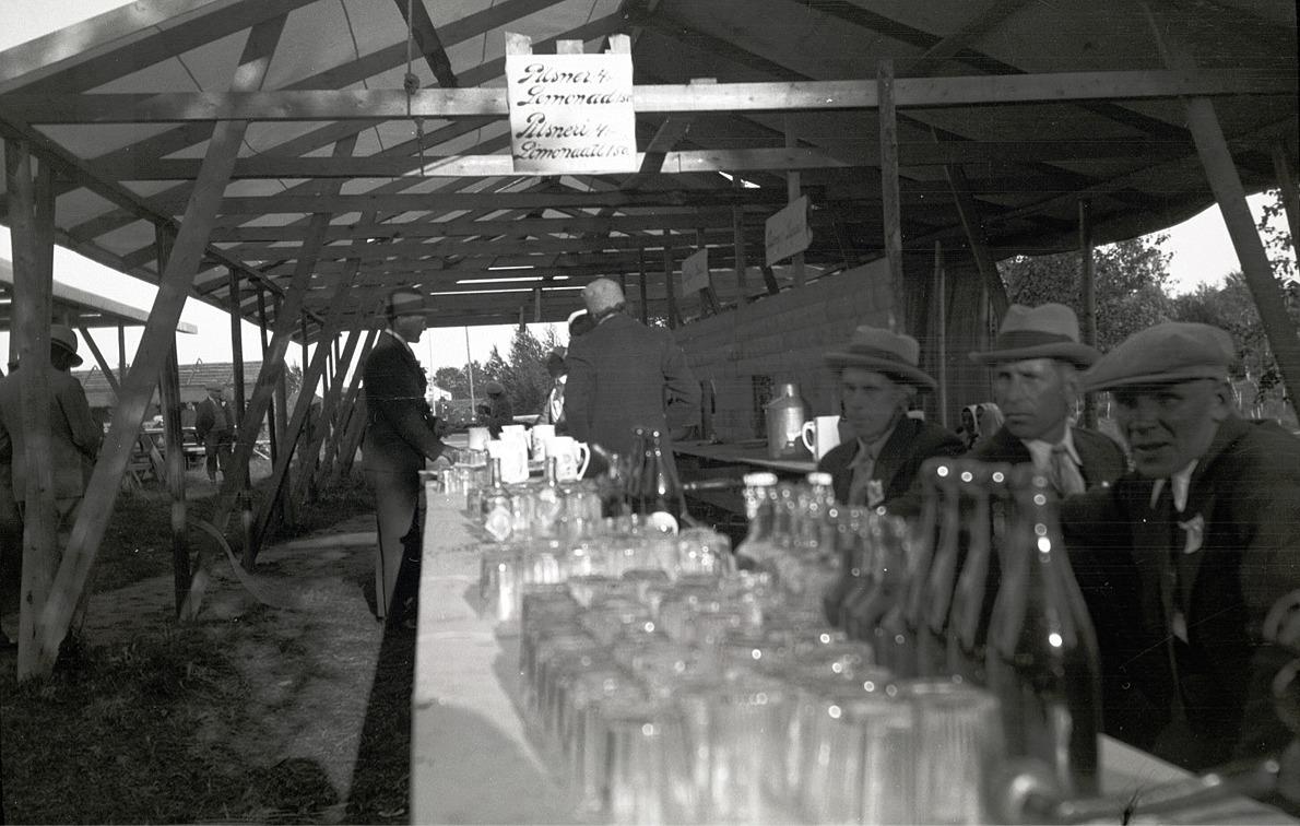 I det här tältet serverades det pilsner för 4 mark medan limonaden kostade endast 1,50,