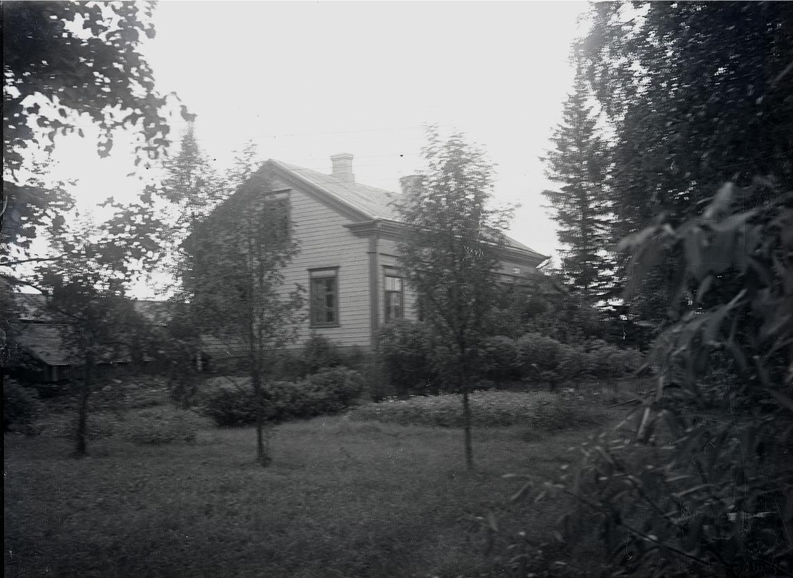 År 1938 bodde A. G. Stjernberg i denna kapellansgård på södra sidan.