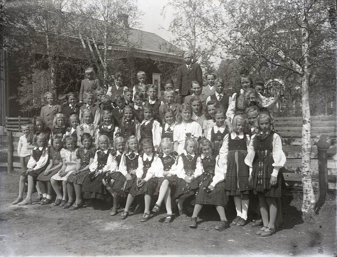 Festklädda barn på skolgården.