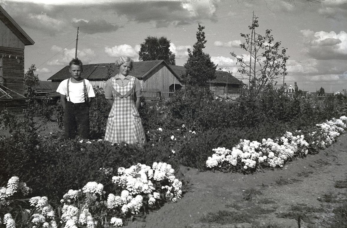 Gösta Gullmes står med Elin i hennes klubbland vid hemgården.