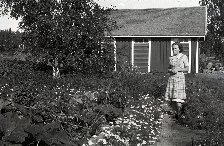 Eva Engman (f.1922 senare gift med Veikko Kaivo-oja) visar upp sitt kubbland.