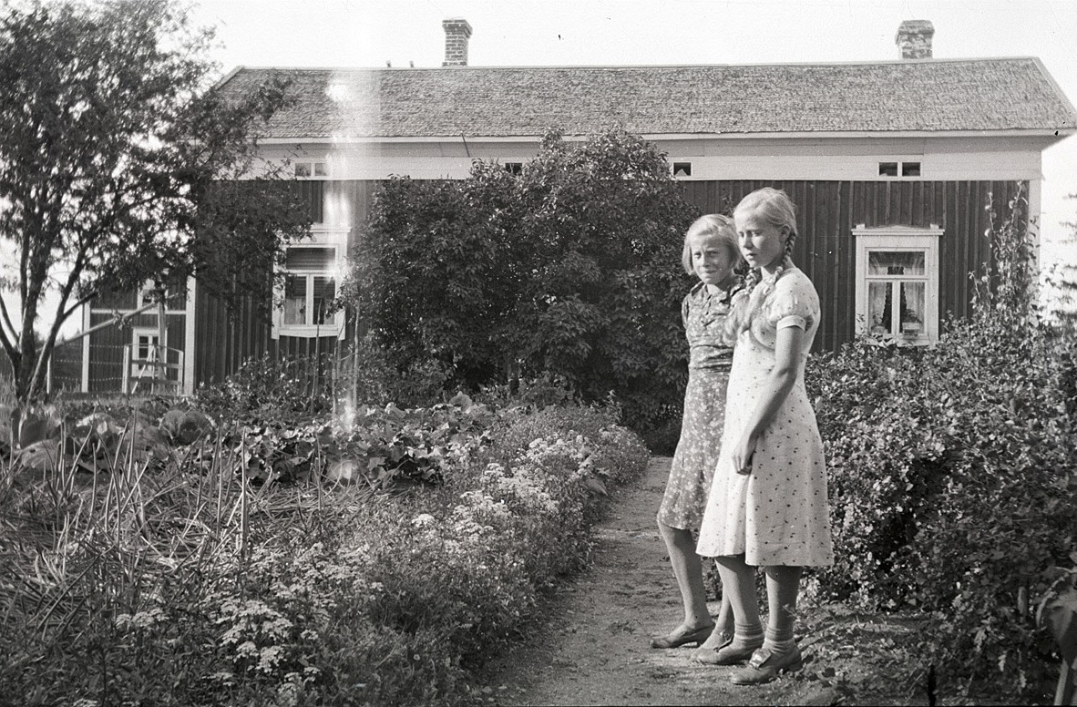 Gunvor Teir (1924-2010) med sin syster Inga Teir (f.1926) i klubblandet i Lålby.