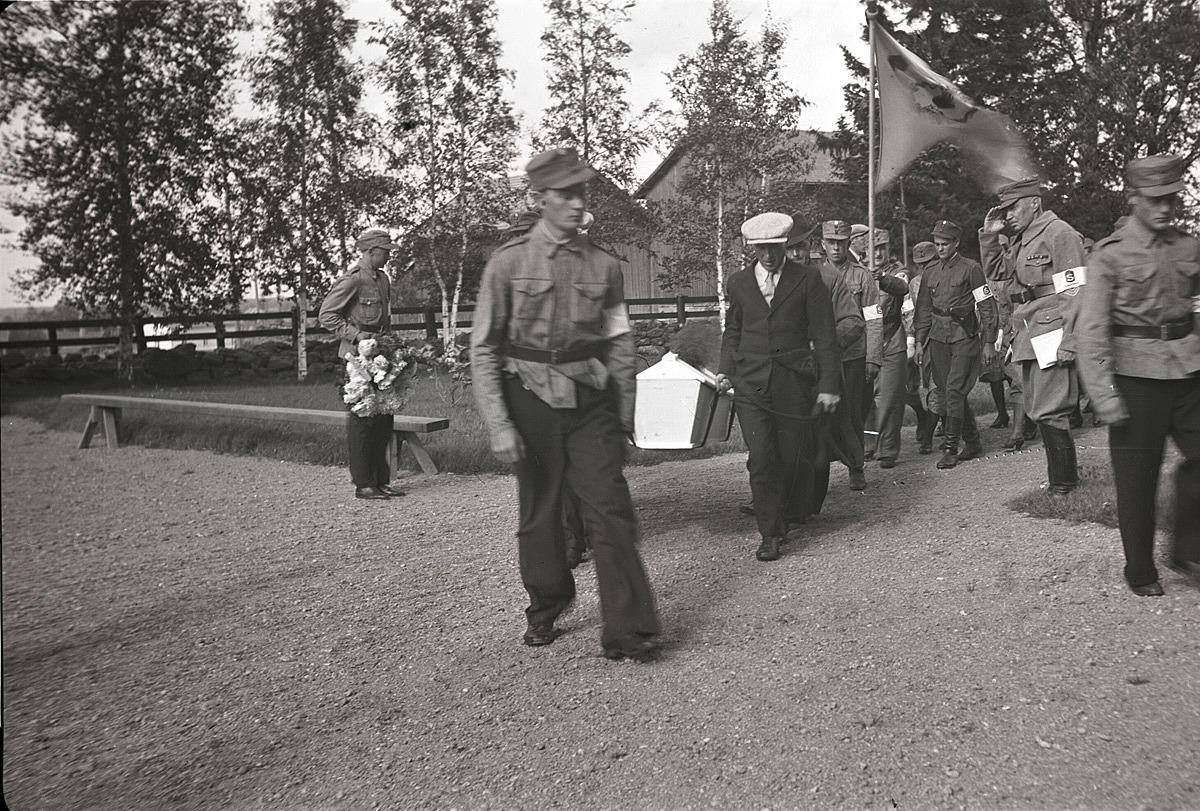 Begravningen av de första stupade soldaterna samlade ofta upp till tusen personer i kyrkan.