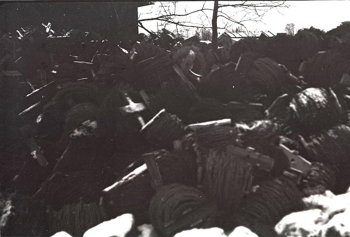Bilden är suddig men visar det berg av hopsamlad taggtråd, som kommer att skickas till befästningarna på Karelska näset.