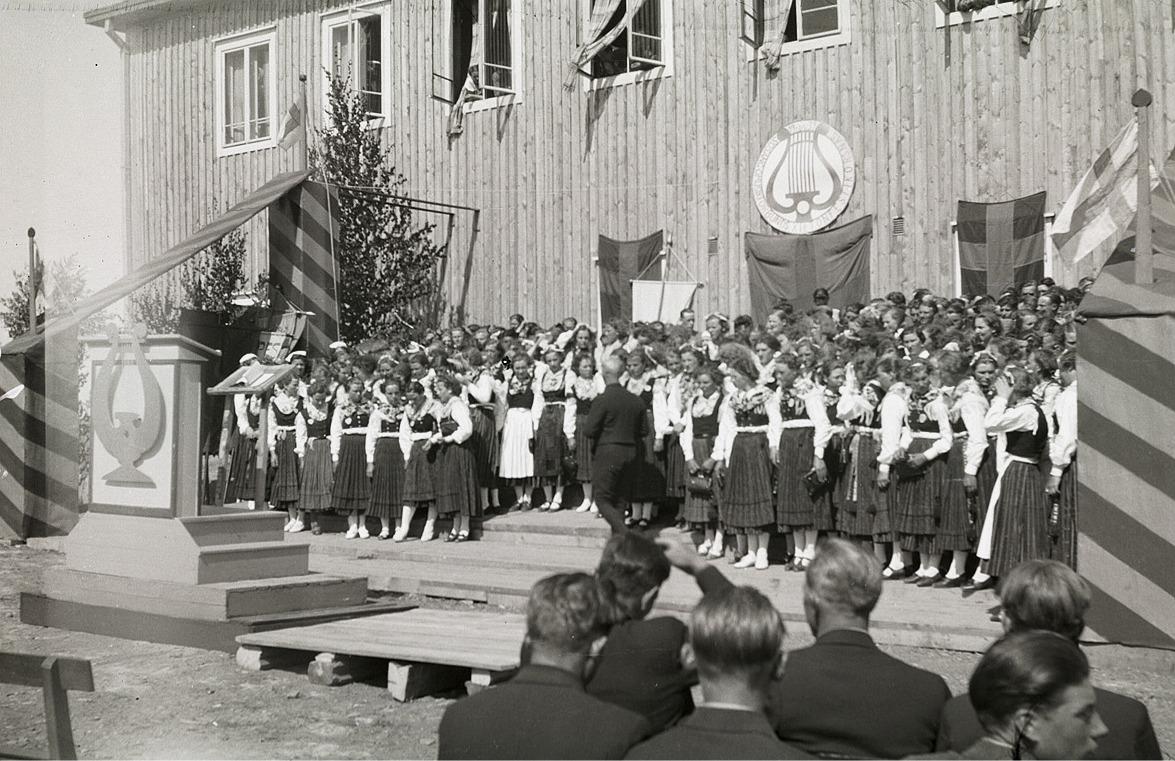 Ungdomarna från Lappfjärd uppträdde tillsammans med många andra utanför Korsnäsgården.