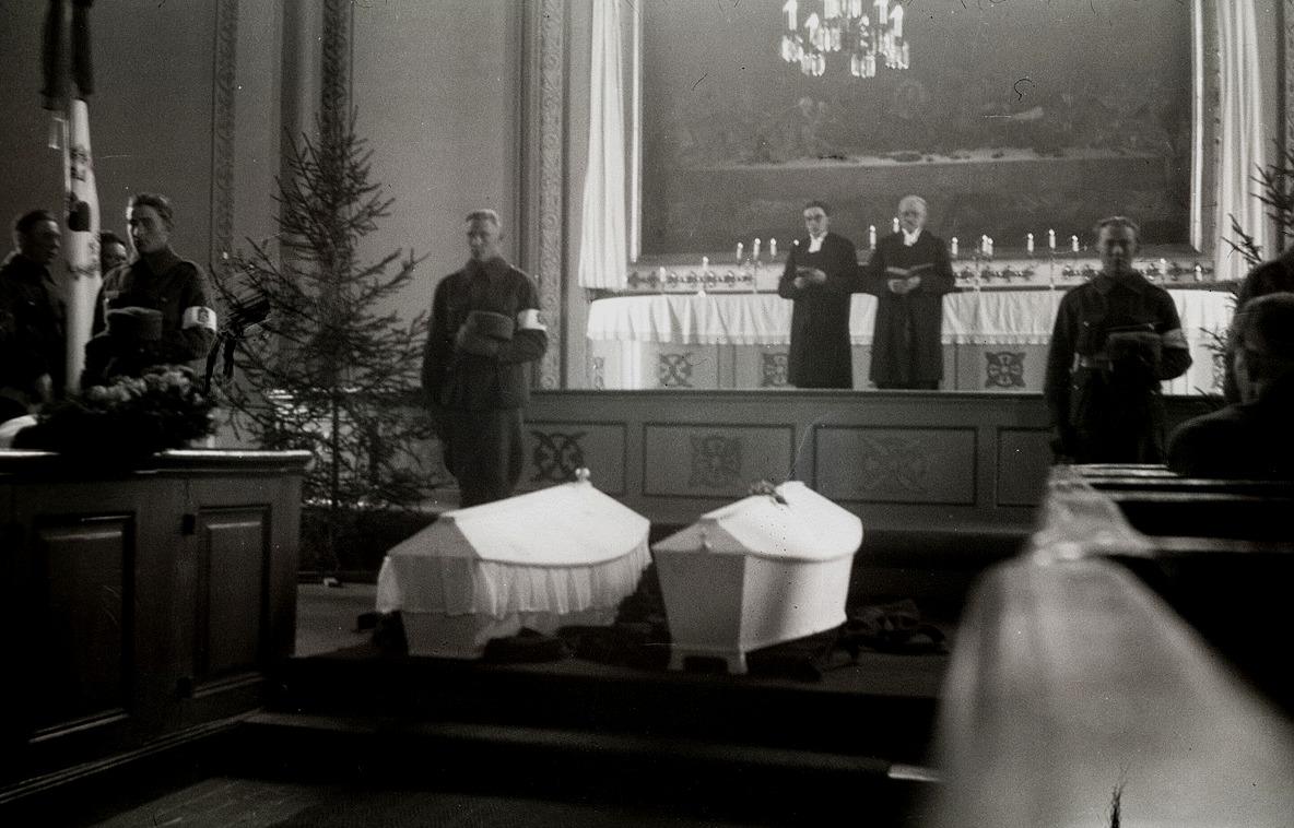 Här begravs två stupade soldaterna samtidigt, vilket inte var riktigt ovanligt under krigen.