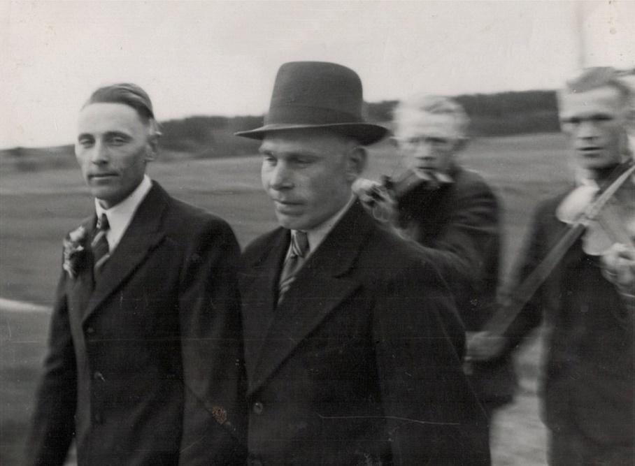 Till vänster Gunnar Guss tillsammans med bestmannen Bertel Långfors.