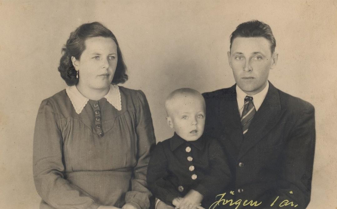 Svea och Gunnar Norrgård hos fotografen med sonen Jörgen år 1945.