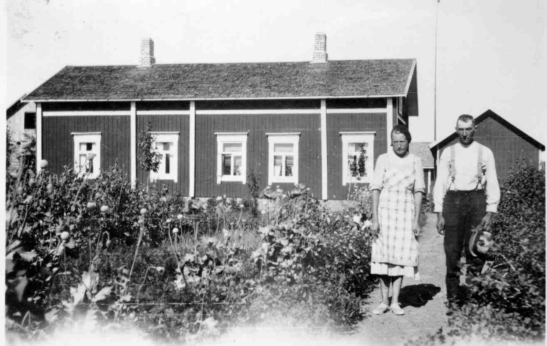 Till höger Gunnars far Josef Guss tillsammans med dottern Svea (1920-1939) framför hemgården. Denna gård hade tidigare tillhört Glas-Kajs och den stod då på Sunnantillvägen, nära avtagsvägen ner mot Klemets bro. Den här gården revs i början på 60-talet då en ny gård byggdes på samma ställe.