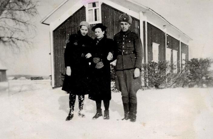 Svea och Gunnar Norrgård som hälsar på Gunnars kusin, fröken Elin Rosenback där Valentinas på Åbackan.