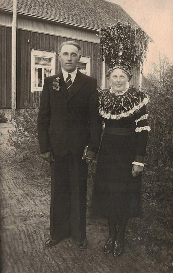 """Brudparet Gunnar Guss och Svea Norrgård i juni 1941. Bruden kläddes av Gunnars moster """"Skomakas-Juli"""", alltså Julia Rosenlund, som var en känd brudkläderska i byn."""