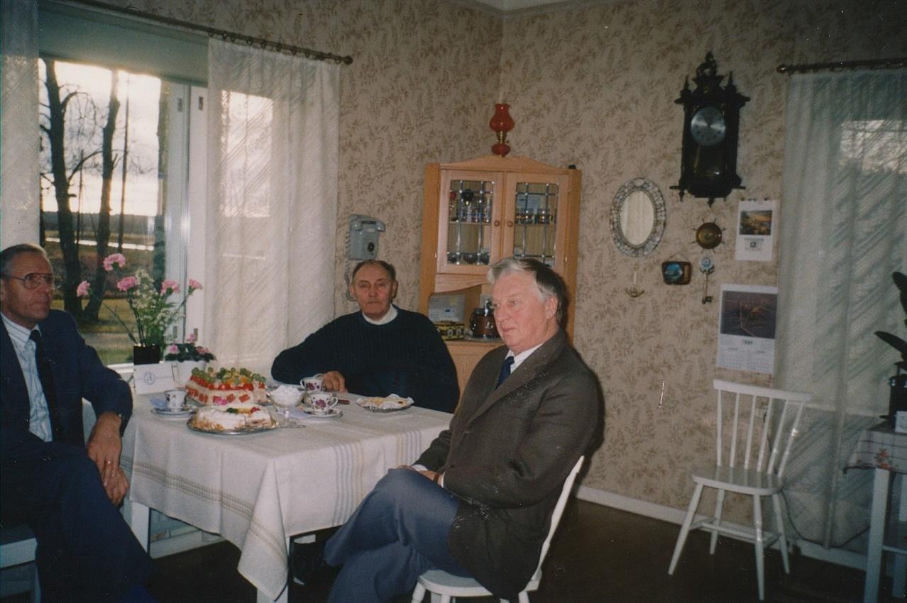 Då Gunnar fyllde 70 år, så uppvaktades han av veteranföreningen, här representerad av Arne Björkskog och Karl Kronman.