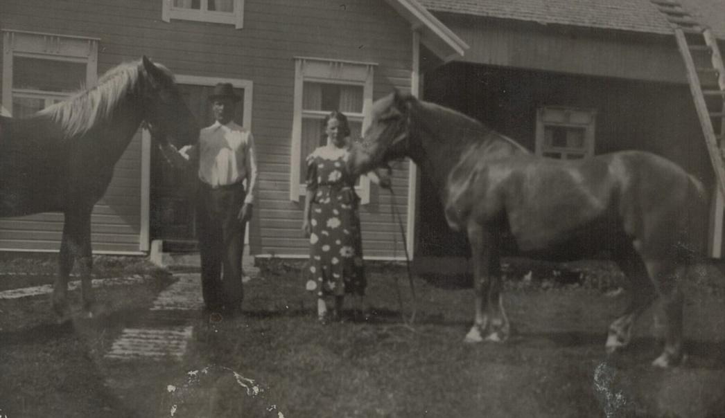 Erland och dottern Svea med varsin häst på gårdsplanen.