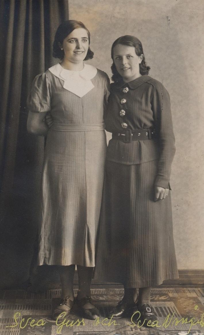 Till vänster Gunnars syster Svea Guss (1920-1939) bredvid Gunnars blivande hustru Svea Norrgård. Svea Guss var ogift och barnlös. Hon arbetade på Mjölbolsta sjukhus i Ekenäs där hon avled efter en misslyckad operation.