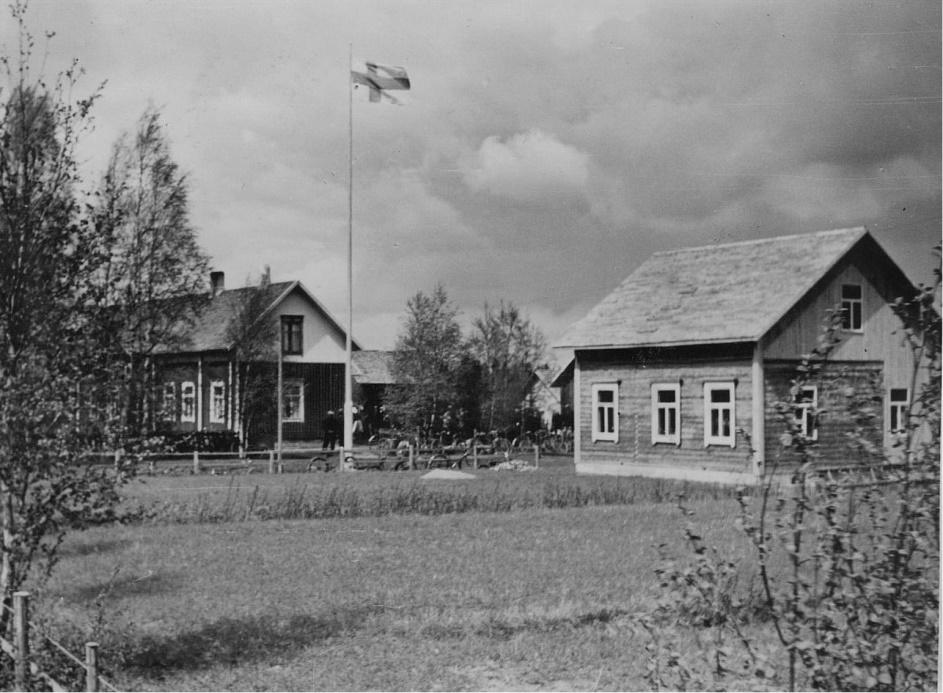 Bröllopet mellan Gunnar och Svea firades i juni i dagarna tre år 1941 med flaggan i topp i den gamla bondgården där Jöranas. Här syns det bra att den gamla lillstugan som tidigare stod framför storstugan har flyttats och samtidigt byggts till på bredden.