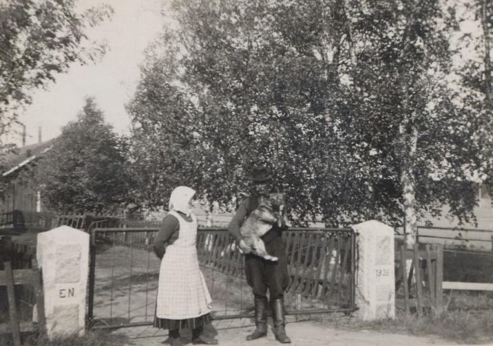 Ida och Erland Norrgård som här visar upp de nya grindstolparna, den ena försedda med Erlands initialer och den andra med årtalet 1936. Grindstolparna står fortfarande kvar men har flyttats en aning.