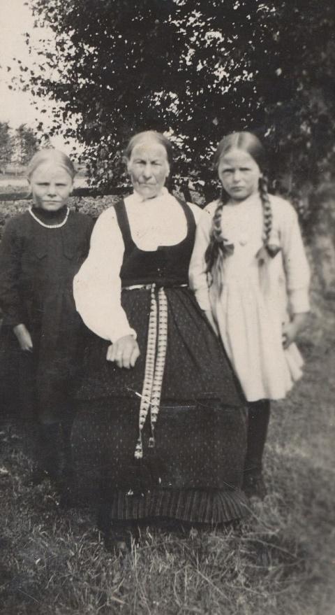 """Anna Kajsa f. Korsbäck (1854-1936) som var gift med """"Klemes-Hindrik"""", alltså Henrik Långfors tillsammans med barnbarnen Adele Långfors till vänster och Svea Norrgård till höger. Anna Kajsa bodde under en tid i den lillstuga som stod på gården där Jöranas."""