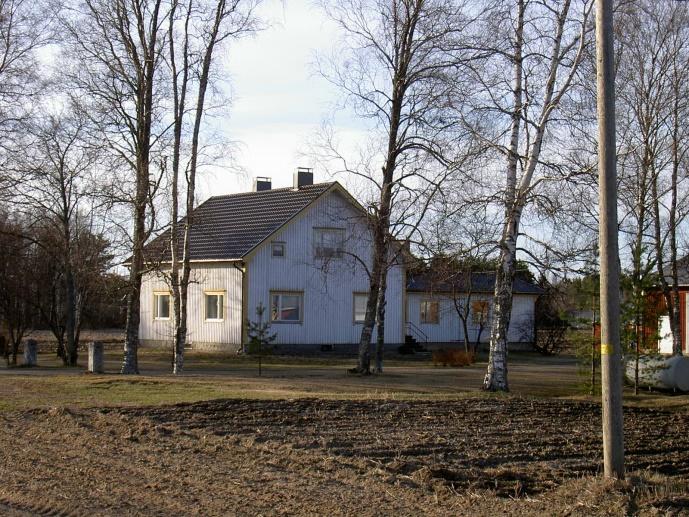 Det här huset byggde Gunnar Norrgård år 1952 på samma ställe där den gamla gården stod. På 1970-talet byggdes den vinkel som syns till höger om huset.