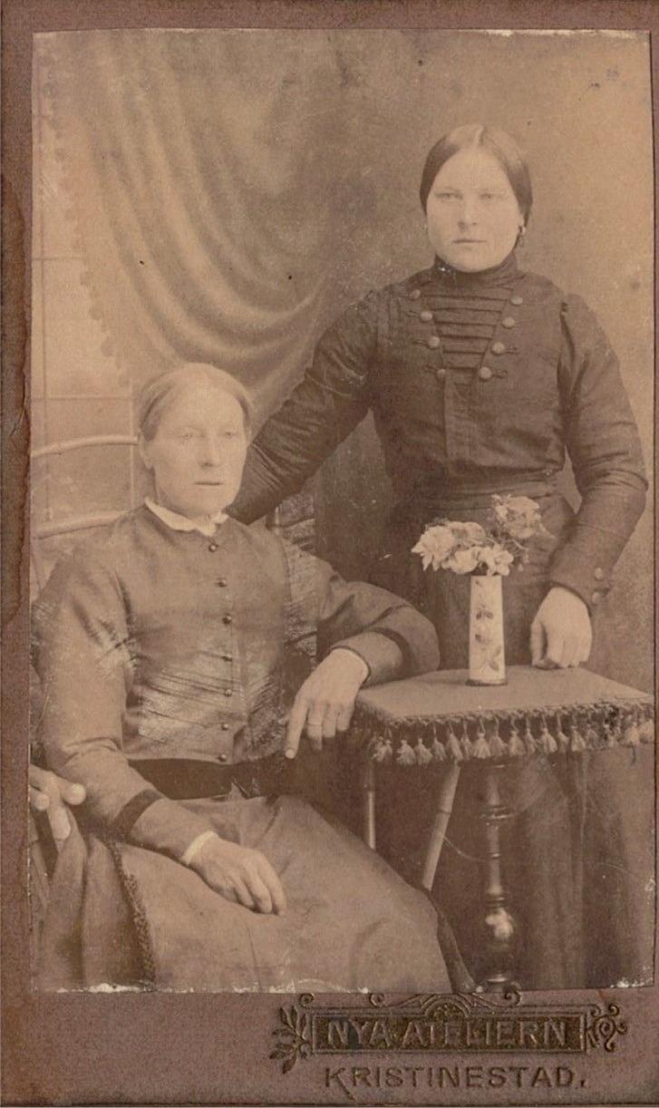 Sittande Anna Kajsa Långfors tillsammans med dottern Ida, som sedan gifte sig med Erland Norrgård.