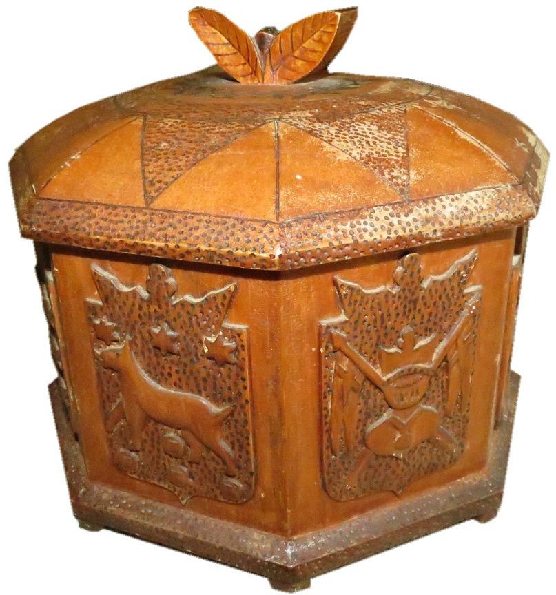 Under krigstiden tillverkade Gunnar många fina saker, utsnidade med enkla verktyg. Den här asken gjorde han år 1943 åt hustrun Svea.
