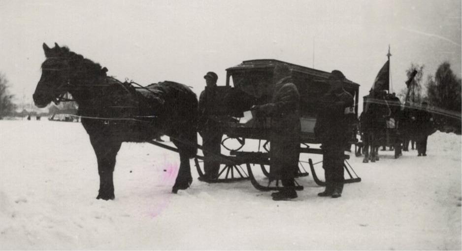 Här förs de stupade soldaterna till begravningsplatsen. I den första vagnen Elis Holm och i den andra Gunnar Nygren. Båda stupade den 5 februari 1940.