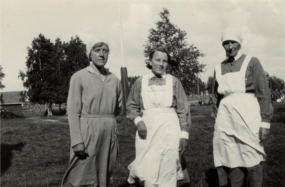 Lottorna Elin Knuts, Tyra Ingves och Hulda Blomberg på lokalgården.