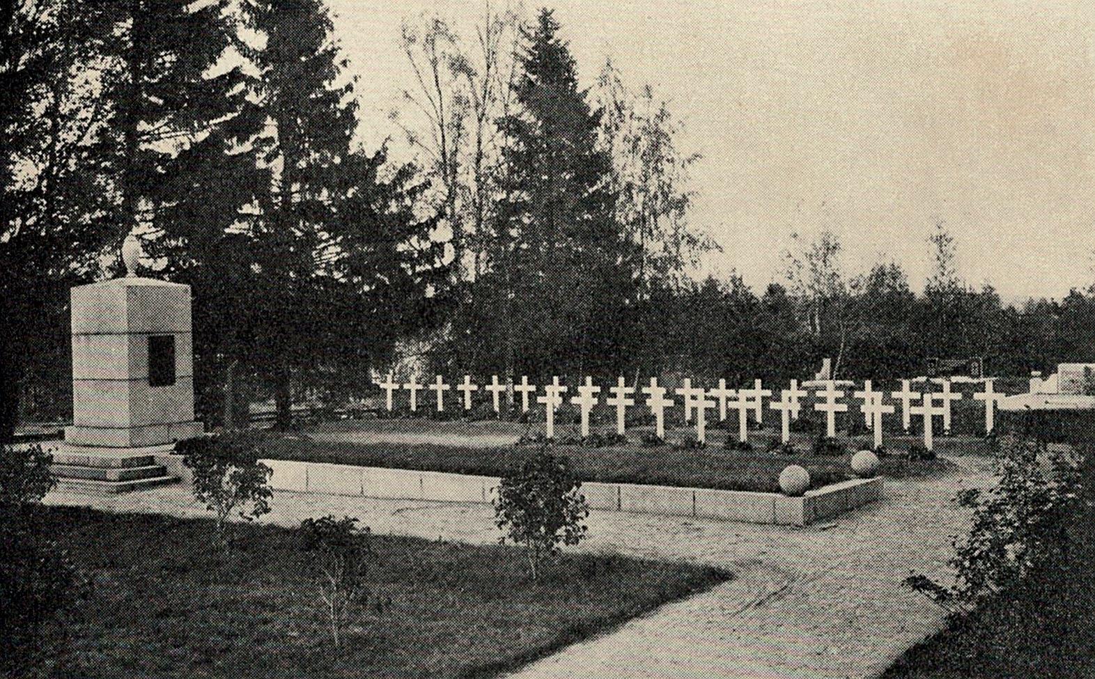 Vykort från sommaren 1940 med hjältegraven över frihetskrigarna 1918. De vita korsen är över de som stupade under vinterkriget 30.11.1939 - 13.3.1940.