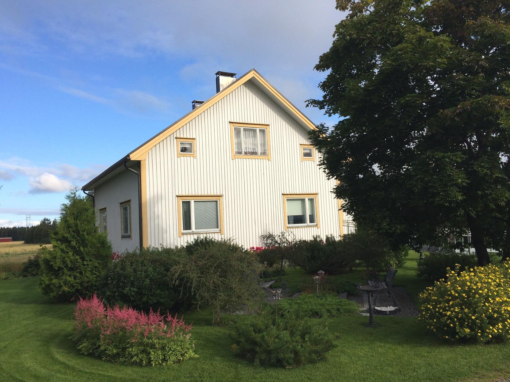 Buskarna och de vackra blommorna pryder trädgården där Jörarnas. Foto från augusti 2017.