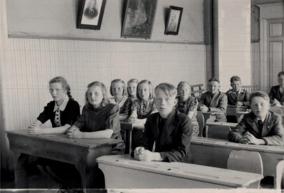 Emmi Bast och Josef Nessler ser ner på eleverna från vänster: Etel Storsjö, Margit Lindahl, Anna Myllykorpi, Ulla Storsjö, Astrid Nissander, Nils Hellman, Margit Rosendahl, Lars Börje Engelholm, Nils Klåvus och Runar Storsjö.