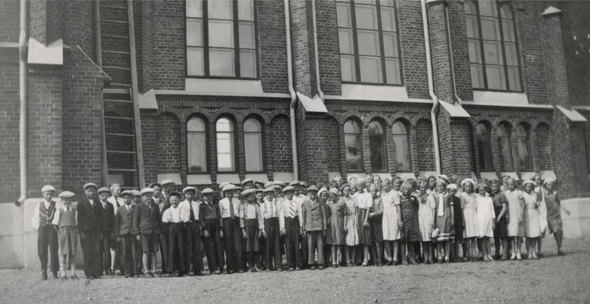 Så här många klubbmedlemmar från Lappfjärd var på utfärd till Kristinestad, här står de utanför kyrkan.