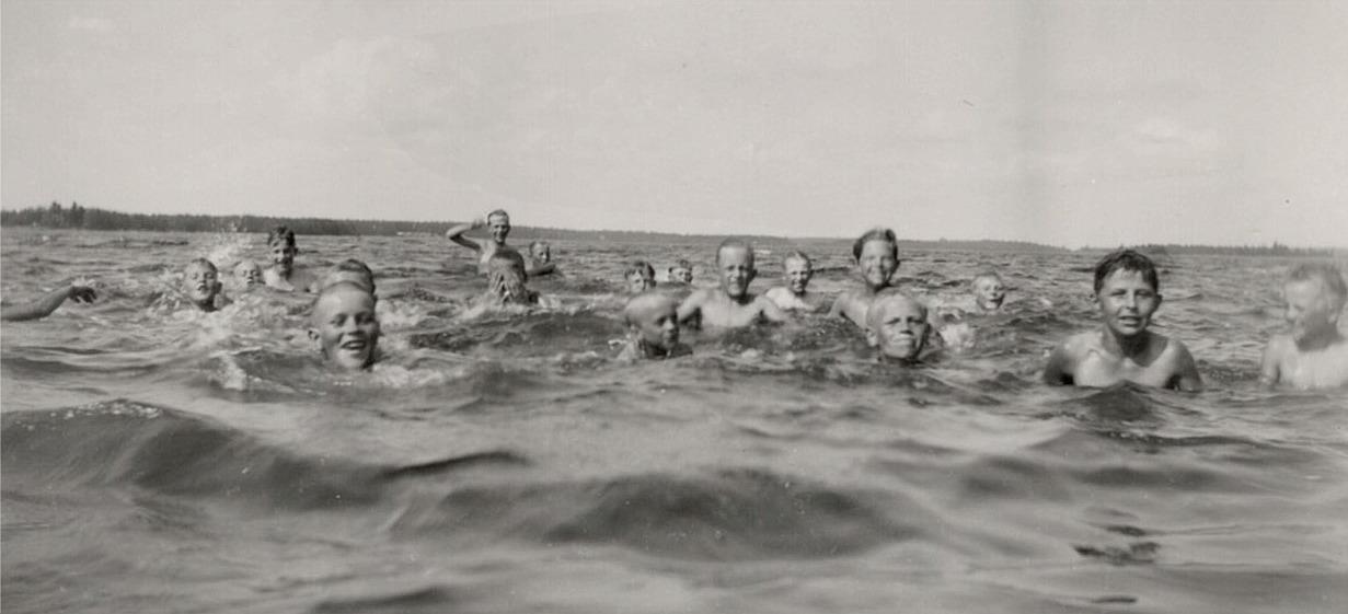 Under utfärden till Stadin passade klubbmedlemmarna på att ta en simtur i havet i Alesundet.