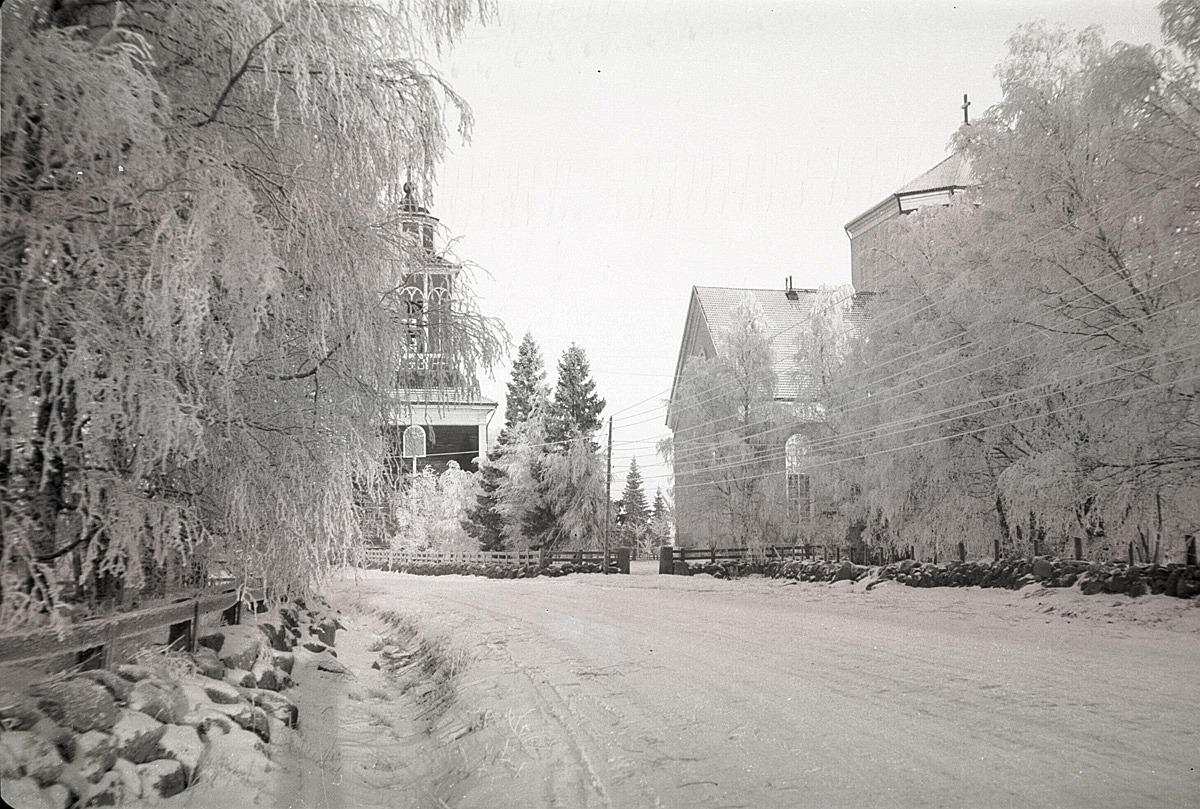 Klockstapeln och kyrkan i vinterskrud på vårvintern 1940.