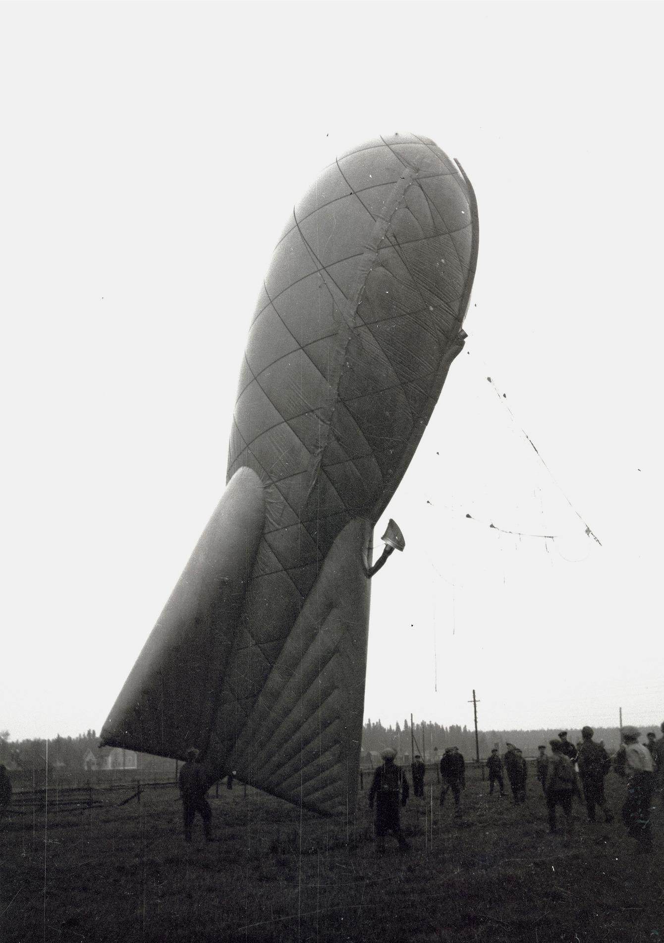 Denna engelska spärrballong som slitit sig och efter en lång färd fastnade i en telefonstolpe på Sandan väckte en stor uppmärksamhet i Lappfjärd. Spärrballonger användes under kriget i de stora städerna nere i Europa för att skydda dessa mot fientligt flyg.